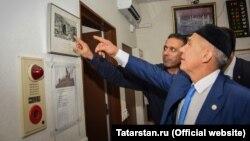 Рөстәм Миңнеханов тарихи фотоларны карый