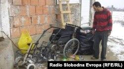 32-годишниот Далибор Димитиревски собира пластични шишиња за да ги прехрани двете деца-основци во Куманово.