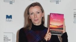 آنا برنز در مراسم جایزه منبوکر، پیش از دریافت جایزه در سال ۲۰۱۸