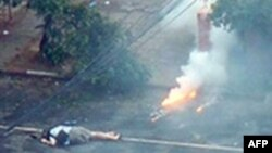 این عکس توسط یک وبلاگ نویس از یانگون منتشر شده است که جسد یک خبرنگار ژاپنی را بر روی زمین نشان می دهد.