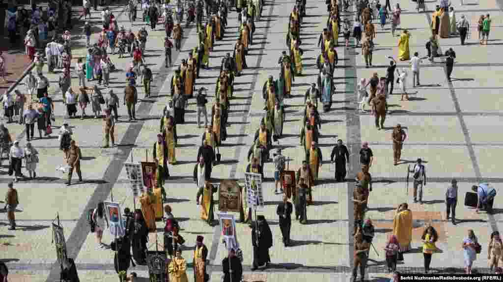 Хода духівництва та вірян ПЦУ вирушила від Собору Святої Софії до пам'ятника рівноапостольному князю Володимиру-Хрестителю.