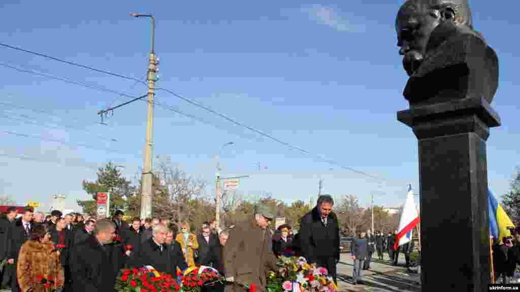 2009 senesi. Aqmescitte Taraş Şevçenko abidesine çiçekler qoyula
