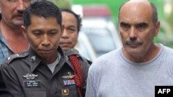 Қозоғистонлик учувчилардан бири Виталий Шумков Таиланд миграция полициясига олиб кетилмоқда.