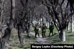 Російські солдати біля української військової бази в Бахчисараї. Березень 2014 року