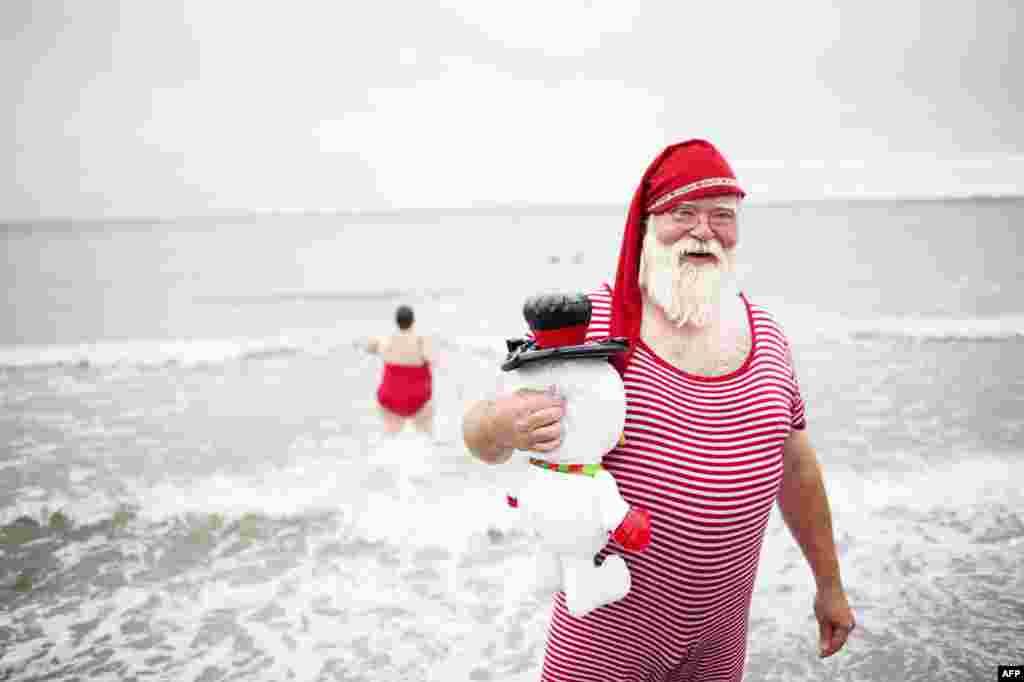 Санта Клаусы обсуждают проблемы, связанные с профессией и планы на следующее рождество