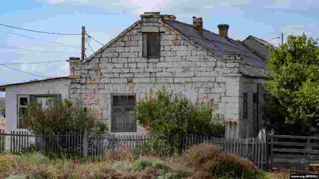 Старый дом взялся трещинами. Таких строений в Каменском немало, их строили из материалов, которые добывали неподалеку, в Ак-Монайских каменоломнях