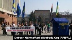 Під час протесту з вимогою до уряду профінансувати ремонт вулиці Шевченка, фото 25 квітня 2013 року