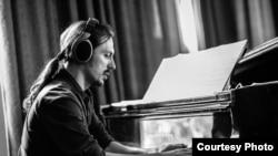 Владимир Николов, композитор, аранжер, оркестратор, диригент, гитарист, пијанист...