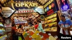 Ruski turisti kupuju slastice i začine u Egipatskom bazaru, Istanbul, arhivska fotografija