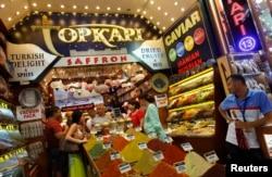 Российские туристы в турецком магазине