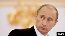 Решать проблему выборов-2008 будет Кремль, который доходчиво объяснит, почему гражданам надо голосовать за предложенного кандидата, говорят политологи