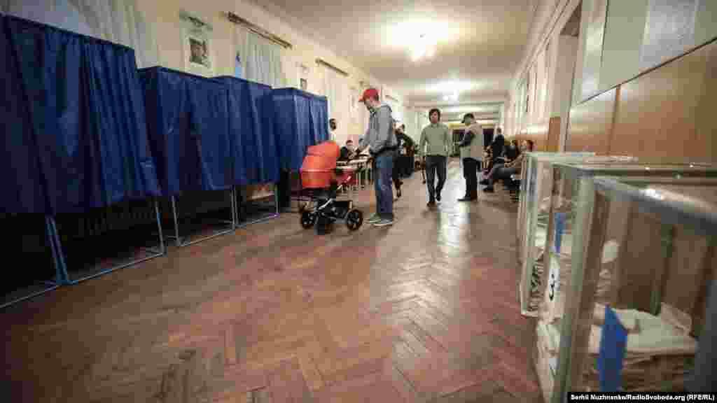 Виборча дільниця в Київському військовому ліцеї імені Івана Богуна (останні 30 хвилин перед закриттям)
