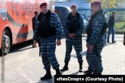 Анатоль Гарбуноў (крайні зьлева), былы баец украінскага «Беркуту», які ўладкаваўся ў беларускую міліцыю