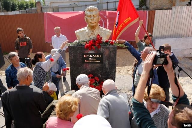 Во время торжественной церемонии открытия очередного памятника Сталину в России. Пенза, 9 сентября 2015 года.