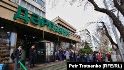 Очередь в аптеку в период пандемии. Алматы, март 2020 года.