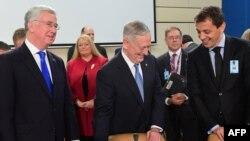 Jim Mattis cu omologii săi din MArea Britanie, Michael Fallon, și Muntenegru, Predrag Boskovic, ieri la Bruxelles