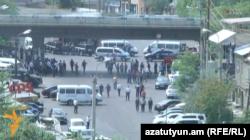 Полицейские машины блокируют въезд в район Эребуни