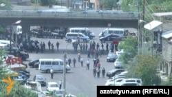Полиция заблокировала дорогу в район Эребуни в Ереване. 17 июля 2016 года.