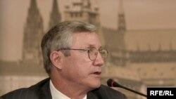 Bruce P. Jackson în cursul unei vizite la Praga