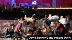 Люди на месте фестиваля в Лас-Вегасе, где произошла стрельба. 1 октября 2017 года.