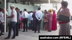 Очередь у банка в Ашхабаде (из архива 2017 года)