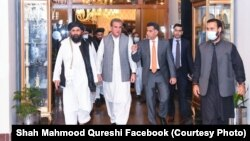 آرشیف، شاه محمود قریشی با ملا برادر، رئیس دفتر سیاسی گروه طالبان در قطر در اسلامآباد