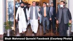 شاه محمود قریشی وزیر خارجه پاکستان همراه با ملا عبدالغنی برادر رئیس دفتر سیاسی گروه طالبان در قطر