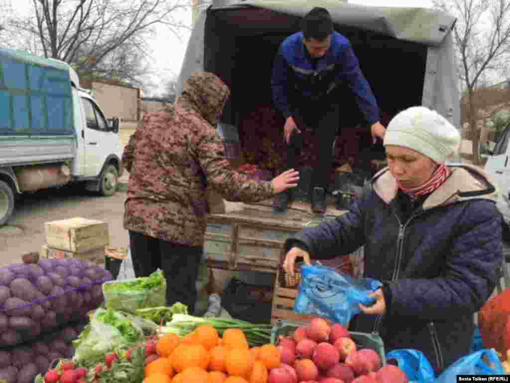 Фрукты в Мангистаускую область привозят в основном из Ирана. Овощи – картофель, капусту, морковь – из Павлодара.