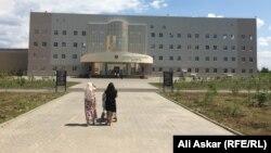 У городской больницы в Актобе. Иллюстративное фото.