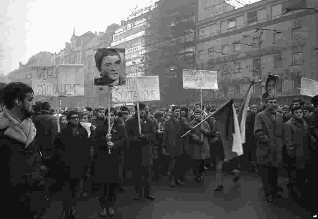 Студенти несуть прапори і портрет Палаха під час маршу в Празі, 20 січня 1969 року