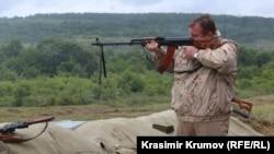 Министърът на отбраната Красимир Каракачанов по време на военно учение на 2 юни край Шумен