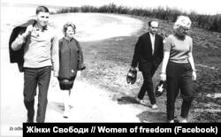 Поруч із Аллою Горською (праворуч) – поет Іван Драч, 1963 рік