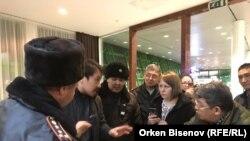 Корреспондент телеканала «Настоящее Время» Светлана Глушкова (в центре) во время задержания в аэропорту Нур-Султана, 31 марта 2019 года.