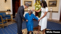 ملاقات بانوی ۱۰۶ ساله با آقای اوباما و همسرش