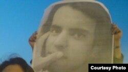 تجمع دانشجویان دانشگاه شیراز برای آزادی یونس میرحسینی (در تصویر پوستری از یونس میر حسینی در دست دانشجویان معترض)