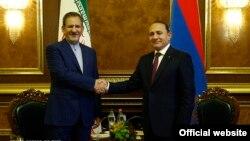 Армения -- Первый вице-президент Ирана Эсхак Джахангири (слева) и премьер-министр Армении Овик Абрамян, Ереван, 14 октября 2015 г.