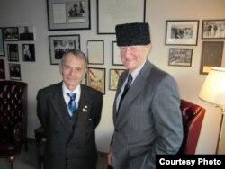 Лідер кримськотатарського народу Мустафа Джемілєв (ліворуч) і американський політолог, соціолог та державний діяч Збігнєв Бжезінський. Вашингтон, 15 грудня 2010 року