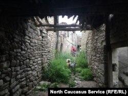 Сейчас в старом селении некоторые хозяева держат домашних животных