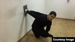 Гражданин Узбекистана Камрон Усмонов, прикованный к стене