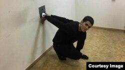 Гражданин Узбекистана Камрон Усманов, прикованный наручниками к металлическому кольцу на стене помещения в здании Мосгорсуда.