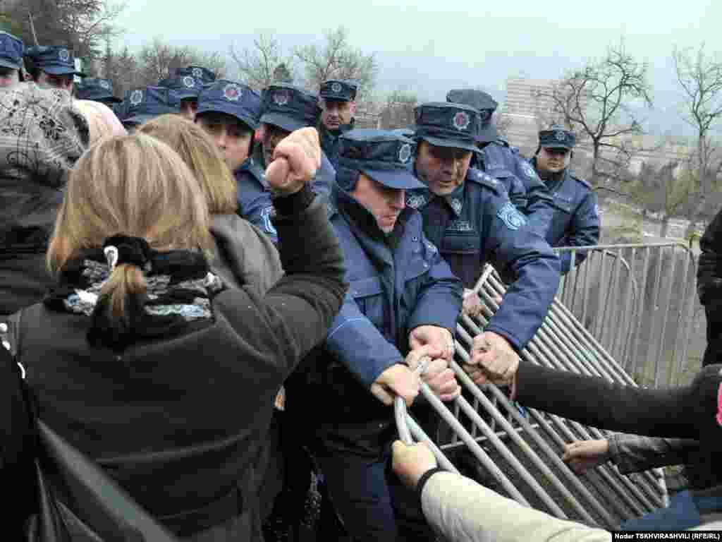 დევნილები პოლიციას ეწინააღმდეგებიან - თბილისში დევნილთა გამოსახლების პროცესი განახლდა. ყველაზე დაძაბული სიტუაცია შეიქმნა ბაგების სტუდქალაქში, რომელიც პოლიციელთა ალყაში მოექცა. წინააღმდეგობის გაწევის ბრალდებით სამართალდამცავებმა დააკავეს 10-მდე დევნილი, მათ შორის 4 ქალი.