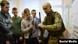 Марозаў праводзіць «ваенна-патрыятычныя» заняткі зь дзецьмі ў 10-й Рэчыцкай школе.