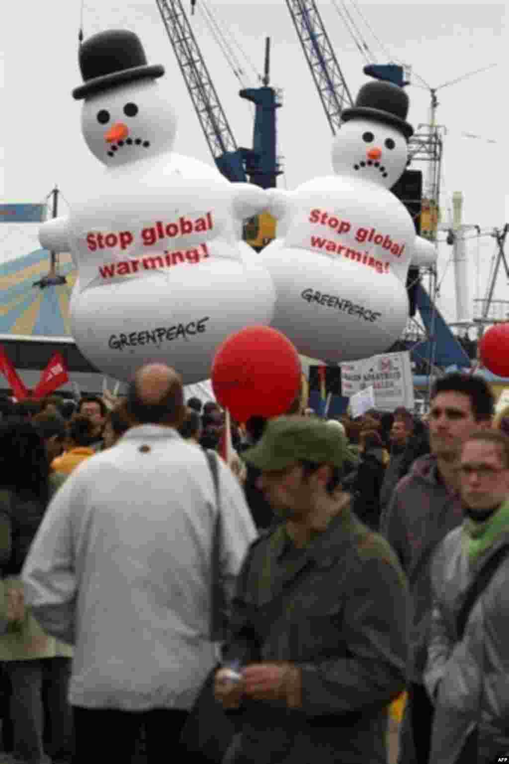 بالن آدم برفی ها که جنبش جهانی صلح سبز به تظاهرات آورده بود
