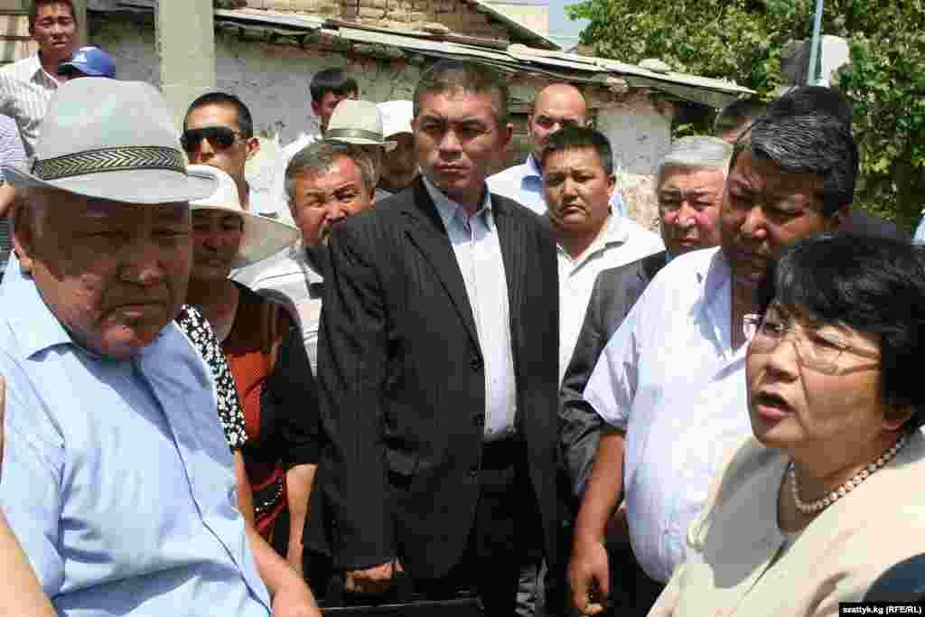 Президент Роза Отунбаева в Оше после трагических событий, 31 июля, 2010.