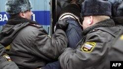 Арест одного из протестующих в Москве 20 марта