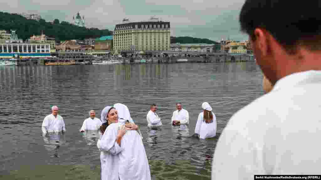 На хрещення людина вдягає білий одяг, який символізує чистоту та святість перед Богом