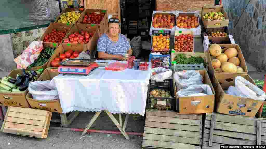 Продавщица овощей и фруктов