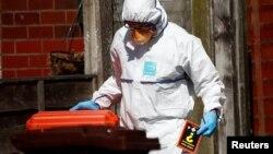 Під час одного з обшуків у Манчестері: слідчий зі знайденим підручником хімії, 24 травня 2017 року