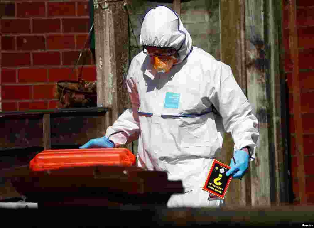 Слідчий поліції тримає в руках кейс із хімічними речовинами, що застосовується під час проведення слідчих дій у житлових приміщеннях у південному Манчестері
