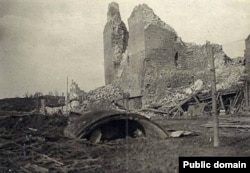 Пасьля абстрэлу 1917 году: уваход у падножжа вежы